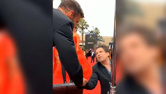 Andrés Calamaro se presenta ante Ricky Martin y este le demuestra su gran admiración. (Foto: Captura)