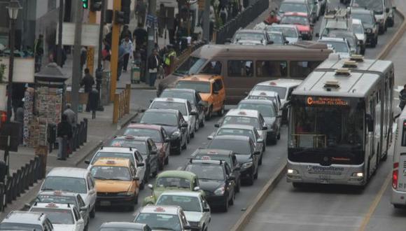 SIN SALIDA. Conductores se demoran más de 30 minutos para atravesar la avenida Lampa. (A.Orbegoso)