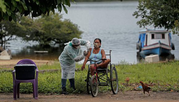 """La directora de la OPS estimó que """"más de 700 millones de personas en las Américas tendrían que ser vacunadas contra COVID-19 para garantizar una cobertura del 70%"""". (Foto: Tarso SARRAF / AFP)"""