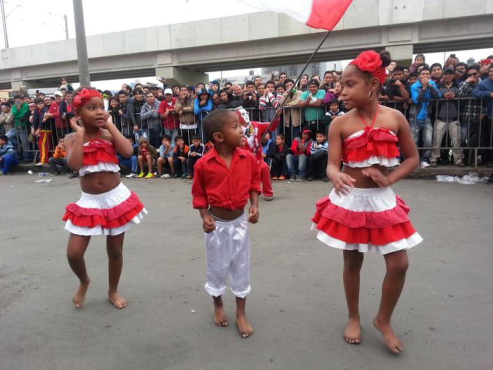 El niño del comercial 'jueves de pavita' deleitó a los hinchas con su baile. (Carlos Lara Porras)