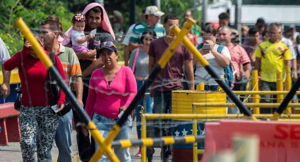 La gente cruza el Puente Internacional Francisco de Paula Santander de Cucuta en Colombia a Urena en Venezuela, el 12 de febrero de 2019. (Foto: AFP)