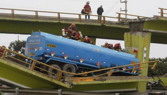 Se vino abajo. Puente cayó con dos vehículos, generando caos en la carretera Panamericana Sur. (Mario Zapata)