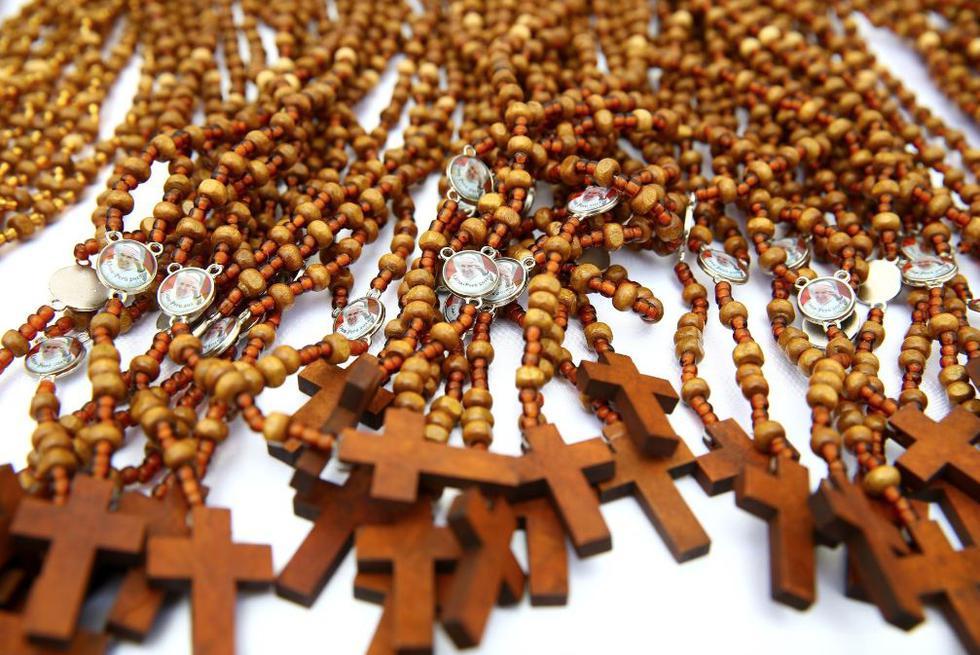 Alrededor de 650 reclusos de penales como Lurigancho, Castro Castro, Ica, Cañete, Chincha, Mujeres de Chorrillos, entre otros, hicieron rosarios. (Melina Mejía/Andina)