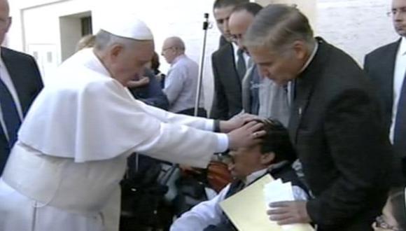 ¿CURACIÓN? El Papa oró por un joven en la Plaza de San Pedro. (AP)