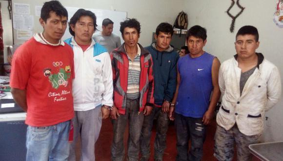 Los detenidos serán denunciados por los presuntos delitos de tenencia ilegal de armas, hurto agravado y usurpación. El último de la derecha es el cabo del ejército Jorge Salinas.