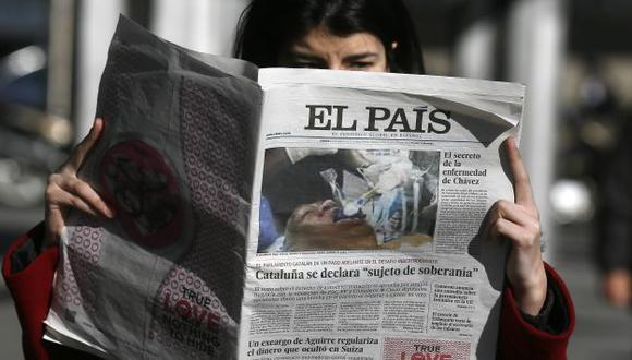 PATINADA. El País no pudo impedir la distribución de ejemplares con la foto falsa en su portada. (Reuters)