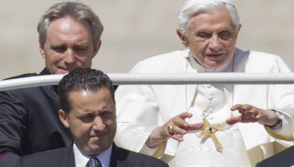 Paolo Gabriele (abajo) acompañando a Benedicto XVI. (AP)