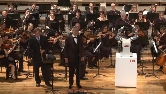 Robot dirige a Andrea Bocelli y a toda una orquesta (YouTube/ABB)