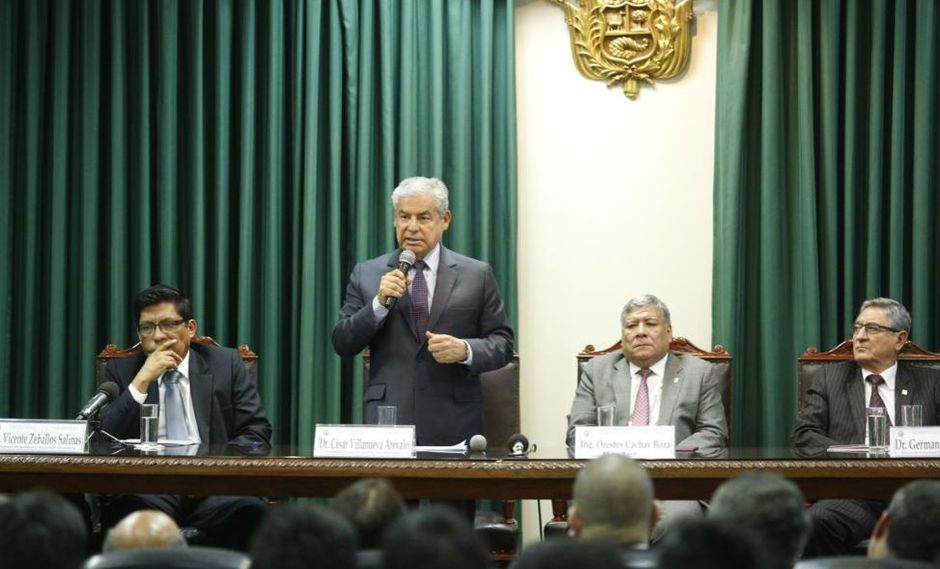 """Villanueva explicó que con el referéndum del domingo la población recuperará su derecho a determinar las """"líneas políticas"""" del país. (Foto: PCM)"""