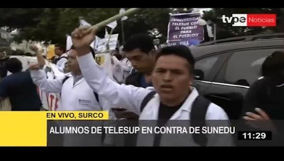 Un grupo de estudiantes y docentes de Telesup protestan frente a sede de la Sunedu en Surco. (Captura: TV Perú Noticias)