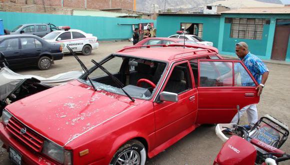 Disparos destrozaron el parabrisas e impactaron en puerta del vehículo de alcaide. (Alan Benites)