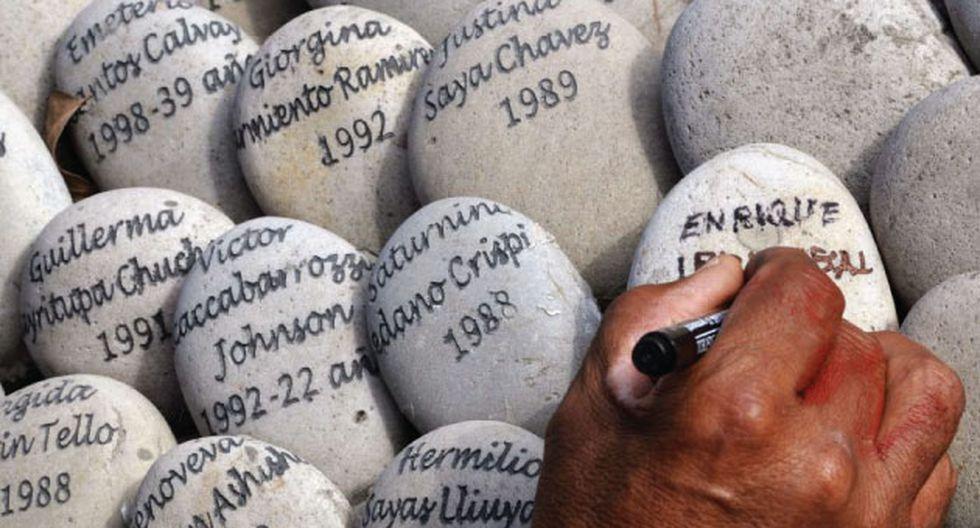 Parientes de víctimas recorren el monumento 'El ojo que llora'. (AFP)