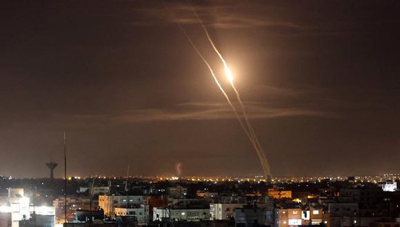 Se lanzan cohetes hacia Israel desde Rafah, en el sur de la Franja de Gaza controlada por el movimiento palestino Hamas, el 11 de mayo de 2021. (Foto:  SAID KHATIB / AFP)