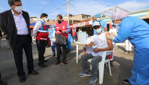 """Hoy, 10 de setiembre arranco la campaña """"Vamos a tu encuentro, ¡vacúnate ya!"""" en Piura, para vacunar contra el COVID-19 en mercados. (Foto: Andina)"""