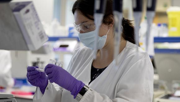 Imagen referencial. Un técnico de laboratorio observa un tubo de ensayo durante una investigación sobre el coronavirus. (AP/Virginia Mayo).