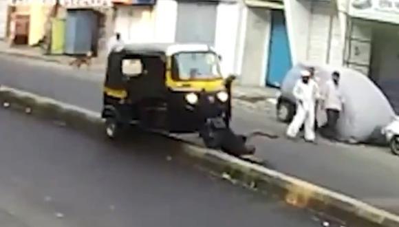 Quiso patear un perro al que casi atropella y sufrió accidente. (Foto: @ActualidadRT / Twitter)