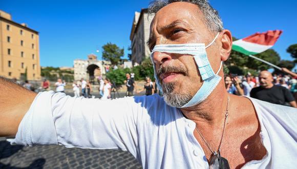 En varias partes del mundo existe una corriente en contra de las mascarillas que exigen los gobiernos para frenar el avance del coronavirus. (Foto: Vincenzo PINTO / AFP)