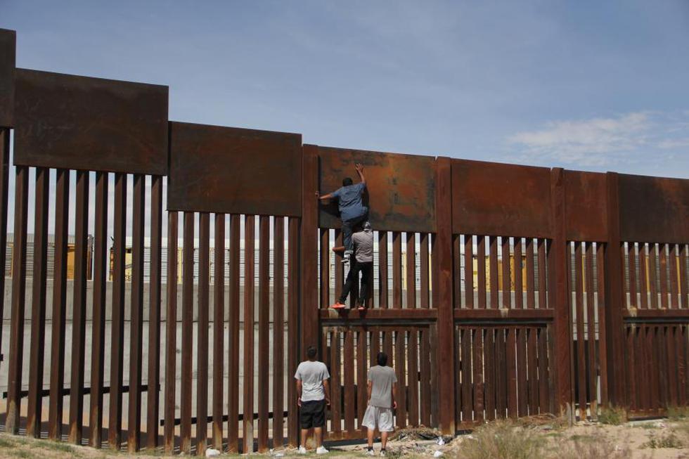 Texas: Joven cruza el muro fronterizo con México en menos de dos minutos. (AFP)