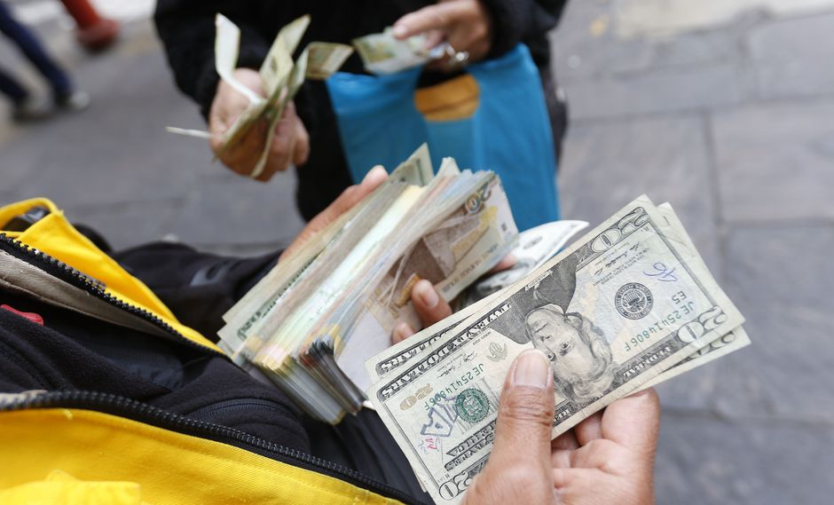 En el mercado paralelo o casas de cambio de Lima, el tipo de cambio se cotiza a S/3.385 la venta. (Foto: GEC)