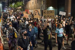 Breonna Taylor: Dos policías heridos de bala en protestas en Louisville