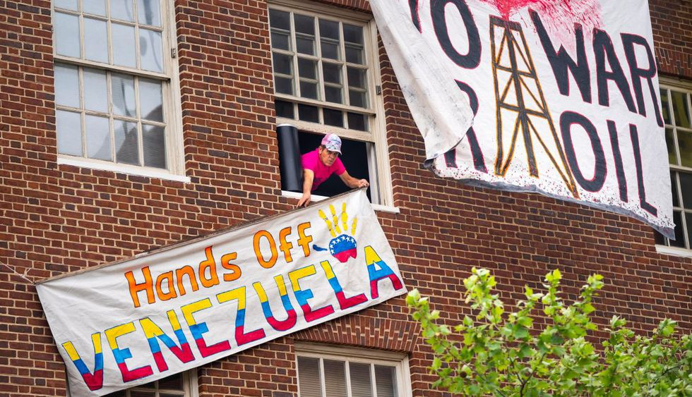 """""""Colectivo"""" chavista toma la embajada de Venezuela en Estados Unidos. (Foto: EFE)"""