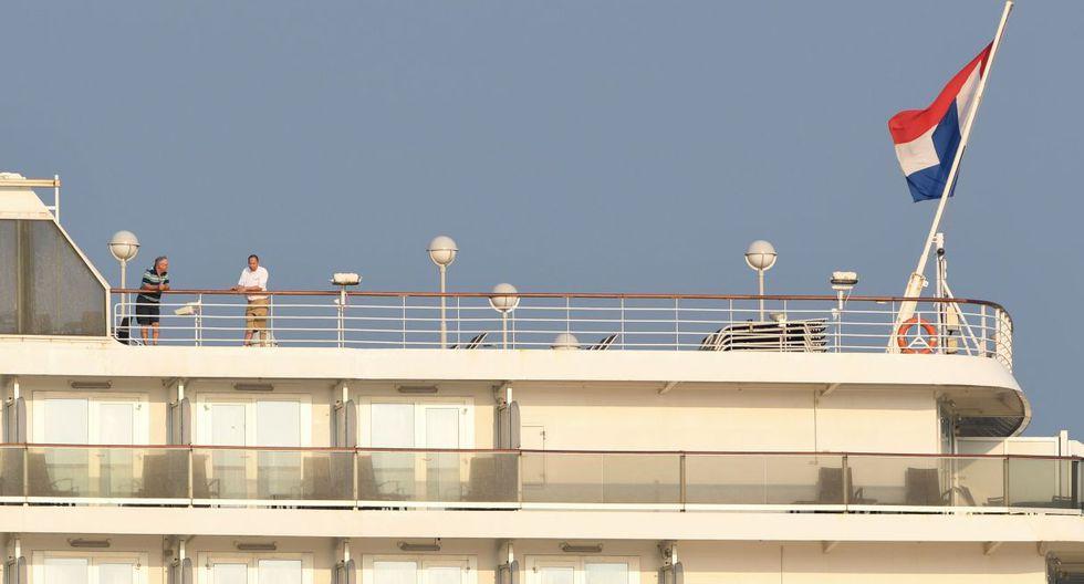 Personal del ministerio de Salud tomó muestras de los 255 pasajeros, entre los que se encuentra una española, y 747 tripulantes que permanecen a bordo y esperan el resultado del test por COVID-19 para recibir la autorización para desembarcar. (AFP).