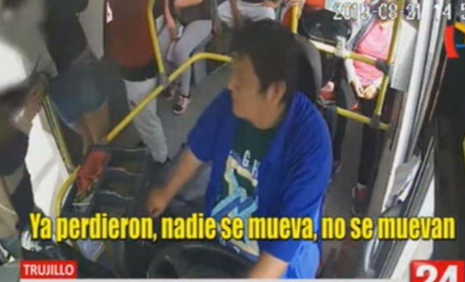 El conductor fue tomado por sorpresa por delincuentes que abordaron su unidad. (Captura/Panamericana)