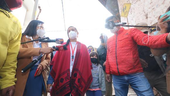 Verónika Mendoza participó de desayuno electoral en Cusco con su esposo e hija.