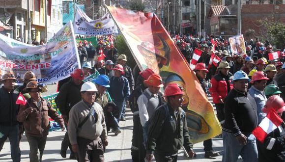 PROTESTA MASIVA. Cientos de pobladores llegaron a la Plaza de Armas desde las zonas más alejadas. (Samuel Vilca/USI)