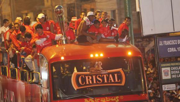 COMO EN LA CHAMPIONS. Aurich se paseó por la ciudad de Chiclayo en un bus descapotable. (USI)