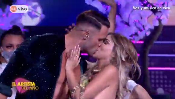 """Paula Manzanal y Fabio Agostini se besaron en """"El artista de año"""". (Foto: Captura América TV)."""