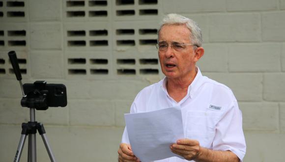 El expresidente colombiano Álvaro Uribe, quien está bajo investigación por presunta manipulación de testigos, habla durante un comunicado a los medios luego de que un juez levantara una orden de arresto domiciliario en su contra, en Montería, Colombia. (REUTERS/Luis Dario Diaz).