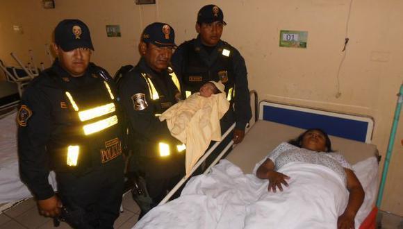 Policías atendieron a la madre en la vía Catacaos-La Unión. (Foto: Jorge Merino)