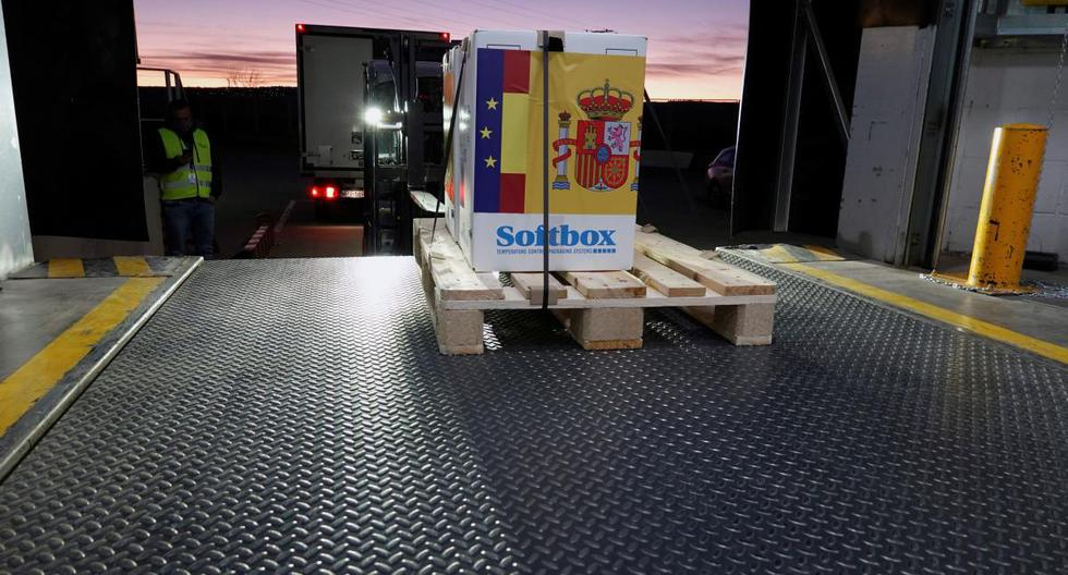 Foto muestra la llegada del primer envío de vacunas de Pfizer a su centro logístico en Guadalajara, centro de España, el 26 de diciembre de 2020. (EFE/EPA/JOSE MARIA CUADRADO).