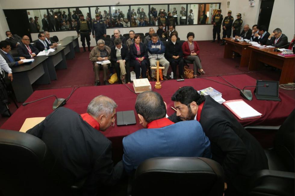 Instantes en que el colegiado deliberaba antes de la lectura de la condena a la sanguinaria cúpula senderista. (Foto: Poder Judicial)