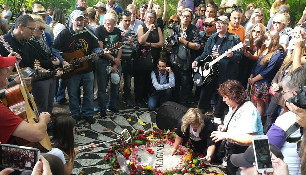 John Lennon: Fans se reunieron en Central Park para recordar su cumpleaños número 75. (@MarRolando)