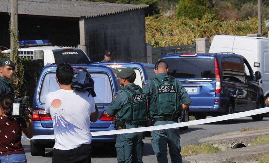 Vista de la zona precintada por el triple crimen cometido en la mañana de este lunes en la parroquia de Cordeiro de Valga, donde la Guardia Civil ha detenido a un hombre por matar a tres mujeres.(EFE)