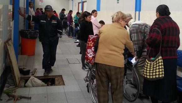 Pasadizos abarrotados. Pacientes en el hospital Alberto Sabogal deben esperar en medio de obras en mantenimiento. (Ángel Arroyo)