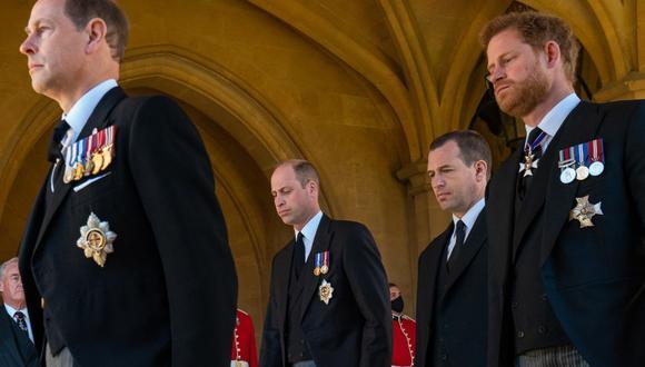 Guillermo de Cambridge, Peter Phillips y Enrique de Sussex durante el funeral de Felipe de Edimburgo. (Foto: AFP)