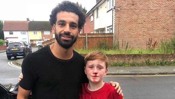 Mohamed Salah atendió a niño que se golpeó el rostro por conocerle. (Foto: Twitter)