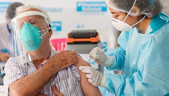 Hasta el momento se viene vacunando en el país a personas mayores de 80 años, que viven en zonas con mayor número de contagios. (Foto referencial: Minsa)