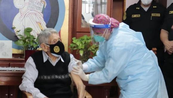 La vacunación de policías retirados se realiza con dosis de Pfizer. (Foto: PNP)