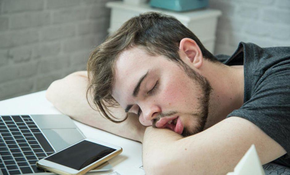 Dormir en el trabajo puede ser motivo de despido y de no reposición laboral. (Getty)