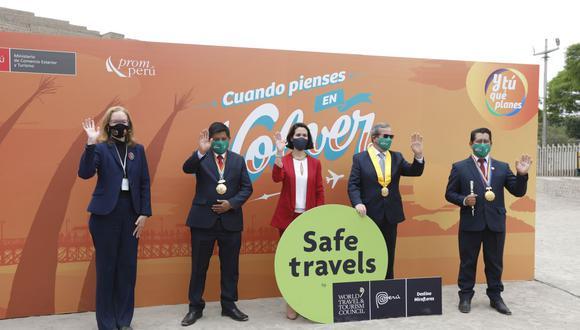 La entrega del sello Safe Travels la realizó la ministra de Comercio Exterior y Turismo, Claudia Cornejo, al alcalde de Miraflores, Luis Molina. (Foto: Mincetur)