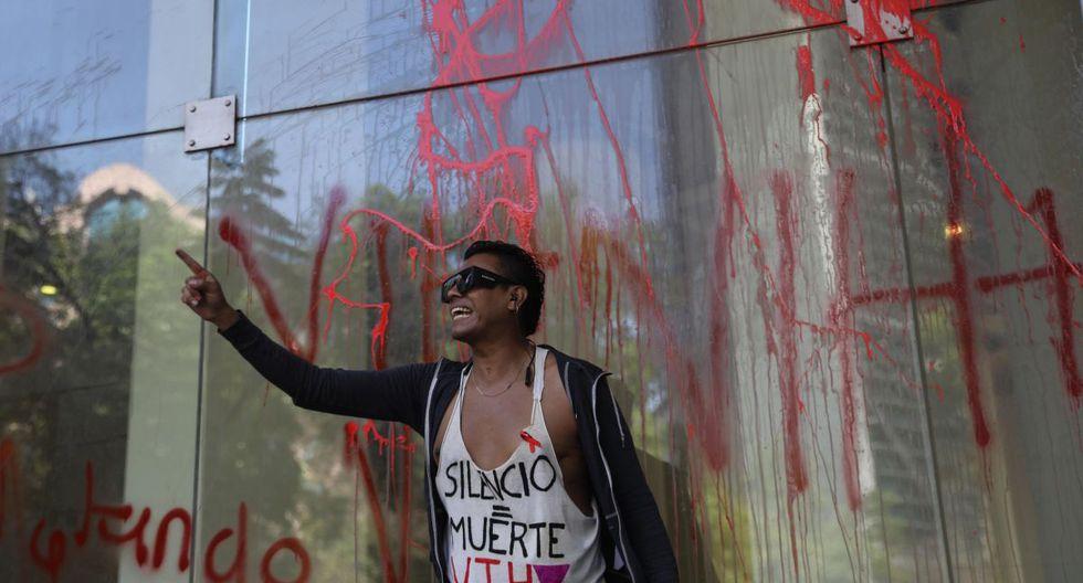 Activistas y pacientes con VIH protestan frente a las instalaciones del Instituto Mexicano del Seguro Social este viernes, en Ciudad de México (México). (EFE).