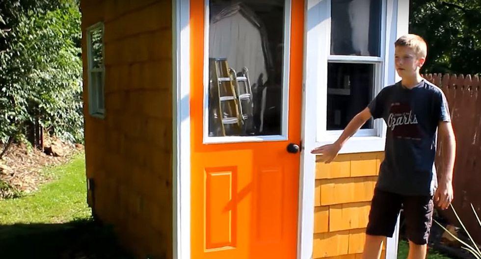 Luke Thill, un adolescente de 13 años, construye su primera mini casa en el patio trasera de la vivienda de sus padres. (Foto: Luke Thill/YouTube)