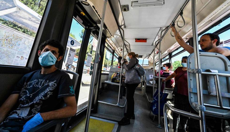 Los ciudadanos viajan en un autobús de transporte público en Roma el 4 de mayo de 2020, mientras Italia comienza a aliviar su bloqueo. AFP / ANDREAS SOLARO