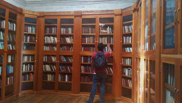 El director, Juan Carlos Barberena, indicó que la biblioteca tiene 8.000 libros a disposición de los lectores (Foto: Archivo GEC)