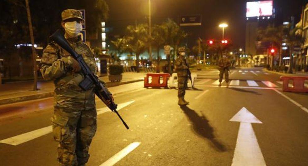 Militares vigilan el toque de queda en Lima para evitar la propagación del COVID-19. (EFE)