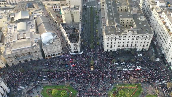 El valor de la plaza pública siempre ha estado en la fuerza de ser escenario para la expresión del pueblo. Aquí la plaza San Martín, punto de concentración. (Foto: Giancarlo Ávila / @photo.gec)